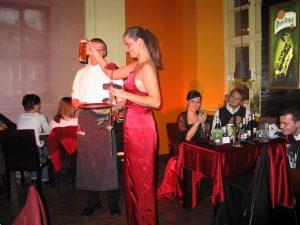dziewczyna wnosi kufel piwa w eleganckiej sukni